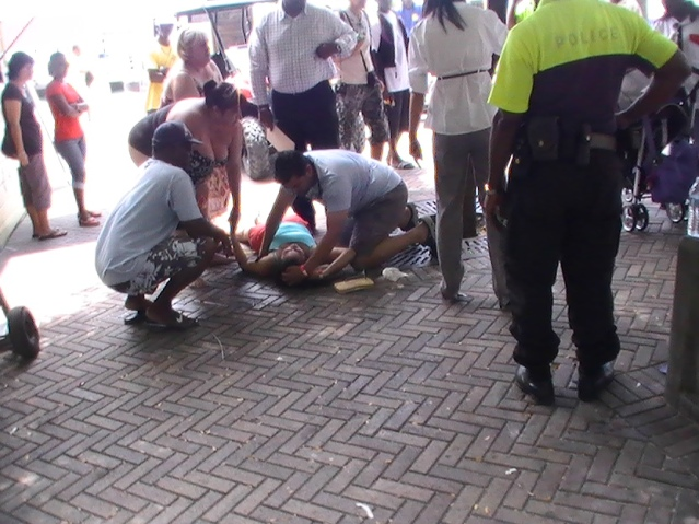 tourist collapses on square police and emt on scene sint maarten photos judith roumou (2)