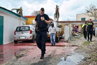Aardbeving Sint Maarten: Een Orkaan Zie Je Aankomen, Dit Niet Dutch with English Translation